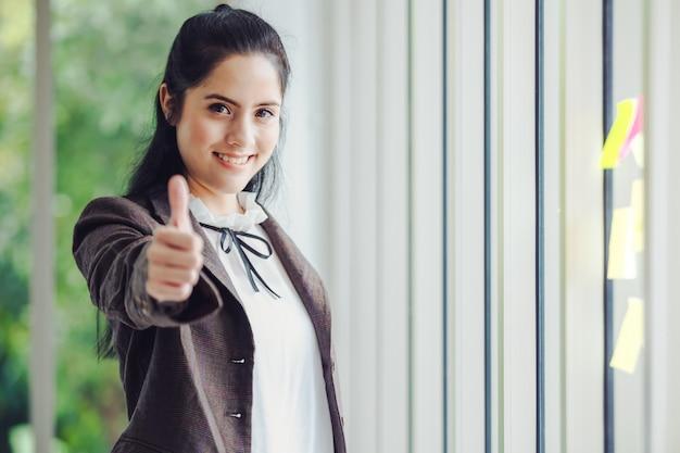 Retrato bonito empresárias asiáticas Foto Premium