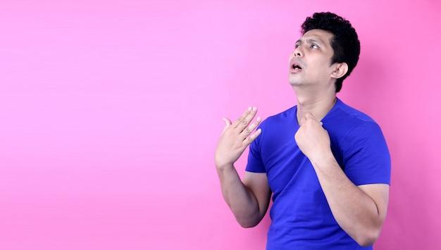 Retrato bonito homem da ásia sinta o clima quente no fundo rosa no estúdio Foto Premium