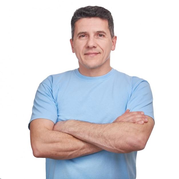 Retrato bonito homem vestindo camiseta azul informal com braços cruzados isolados Foto Premium