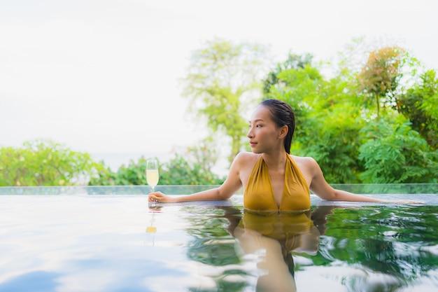 Retrato, bonito, jovem, mulher asian, com, vidro champanha, para, relaxe, lazer Foto gratuita