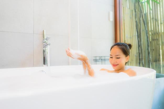 Retrato, bonito, jovem, mulher asian, em, a, banheira, para, tomar banho Foto gratuita