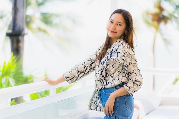 Retrato, bonito, jovem, mulher asian, feliz, e, sorrizo, com, viagem, em, hotel, recurso, neary, mar, e, praia Foto gratuita