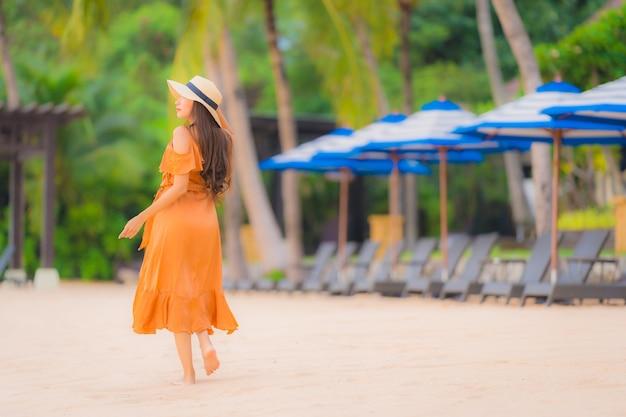 Retrato, bonito, jovem, mulher asian, feliz, sorrizo, relaxe, ligado, a, praia, oceânicos mar Foto gratuita