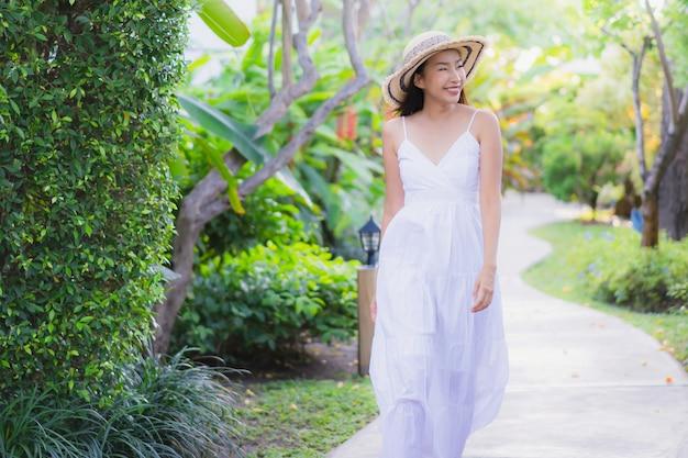 Retrato, bonito, jovem, mulher asian, passeio, com, sorrizo, feliz, e, relaxe, parque Foto gratuita