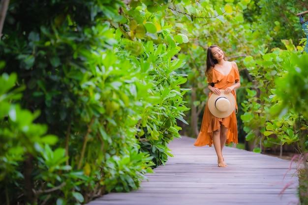 Retrato, bonito, jovem, mulher asian, passeio, ligado, caminho, caminhada, em, a, jardim Foto gratuita