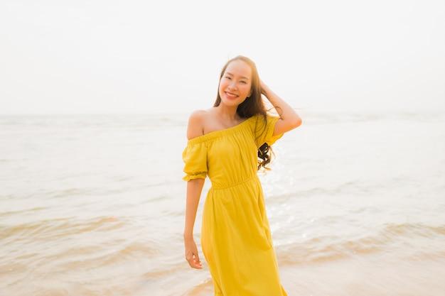 Retrato, bonito, jovem, mulher asian, passeio, praia, e, mar, oceânicos, com, sorrizo, feliz, relaxe Foto gratuita