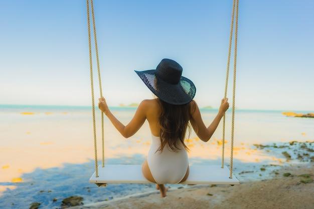 Retrato, bonito, jovem, mulher asian, sentando, a, balanço, ao redor, praia, mar, oceânicos, para, relaxe Foto gratuita