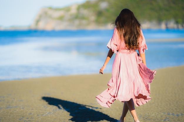 Retrato, bonito, jovem, mulher asian, sorrizo, feliz, passeio, ligado, a, tropicais, ao ar livre, natureza, praia, mar Foto gratuita