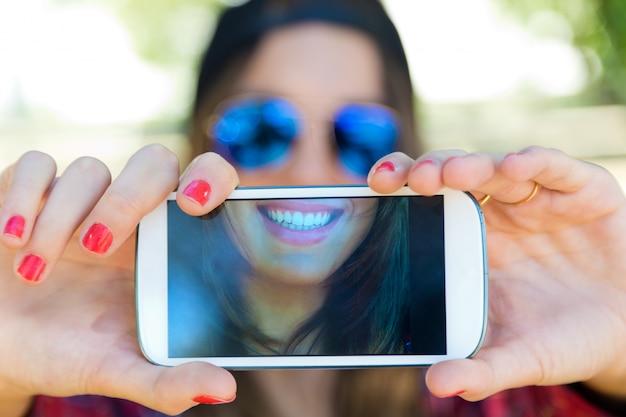 Retrato, bonito, menina, levando, selfie, móvel, telefone Foto gratuita