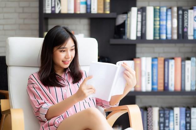 Retrato bonito mulher asiática relaxar sentado lendo livro Foto Premium