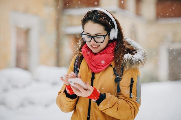 Retrato close-up jovem na cidade de inverno, sorrindo Foto Premium