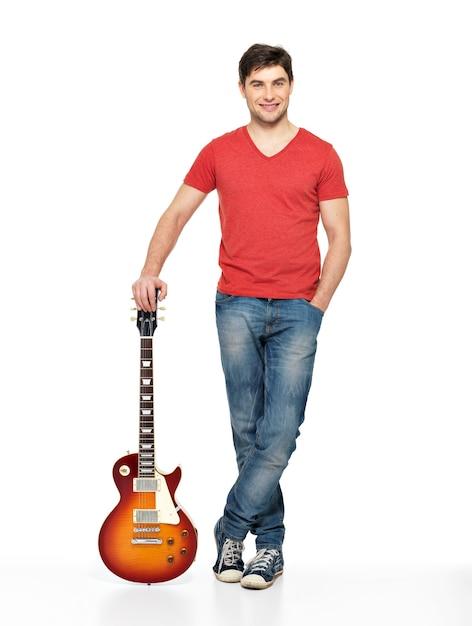 Retrato completo de homem bonito com guitarra elétrica, isolado em branco Foto gratuita