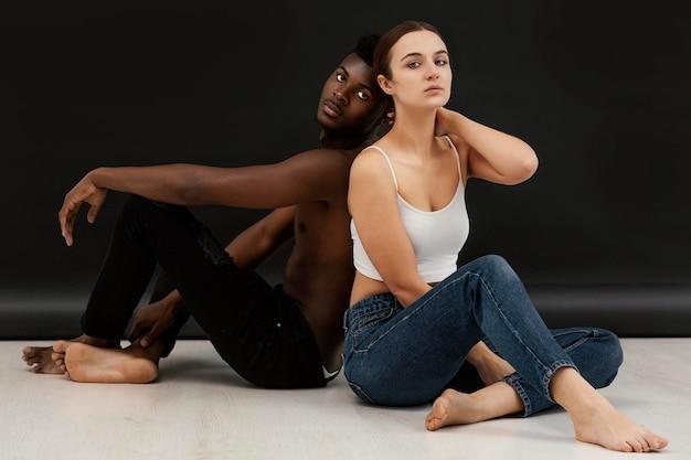 Retrato completo de homem negro e mulher branca posando Foto Premium