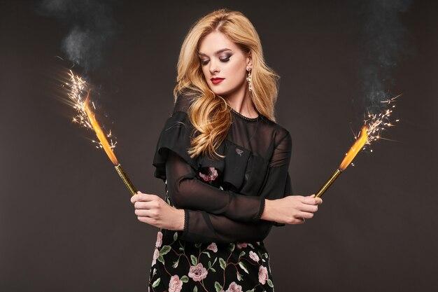 Retrato da bela mulher elegante vestido elegante com fogos de artifício Foto Premium