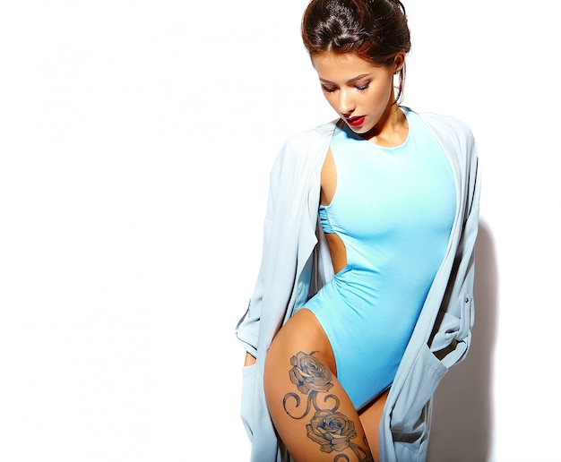 Retrato da bela sorridente quente mulher morena sexy garota má em lingerie casual verão corpo azul sobre fundo branco Foto gratuita