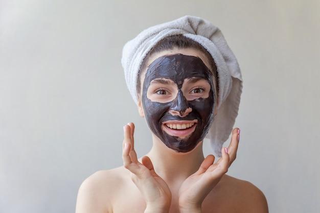 Retrato da beleza da mulher aplicar máscara nutritiva preta no rosto Foto Premium