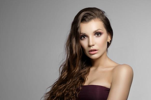 Retrato da beleza da mulher jovem e atraente, belos lábios e maquiagem Foto Premium