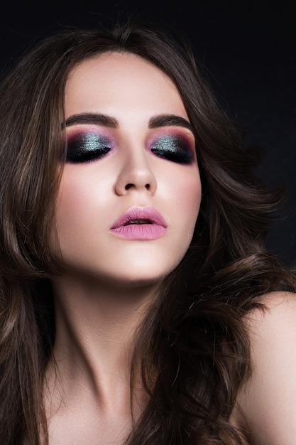 Retrato da beleza de uma bela morena em fundo preto Foto Premium