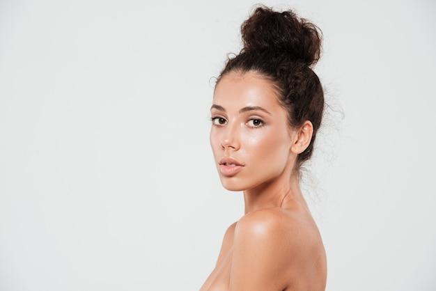 Retrato da beleza de uma jovem sensual com pele saudável Foto gratuita