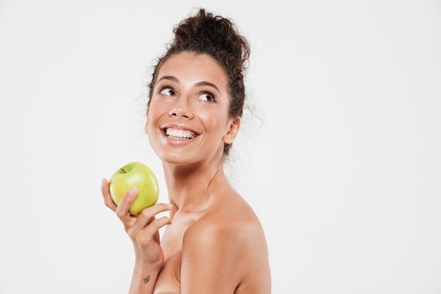 Retrato da beleza de uma mulher sorridente e alegre com pele macia Foto gratuita