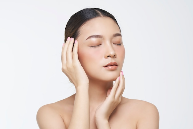 Retrato da beleza do rosto feminino com pele natural. Foto Premium