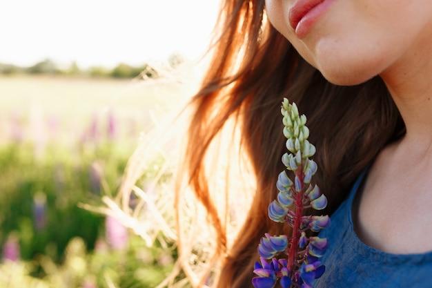 Retrato da cara da menina da forma da mola fora no campo de florescência. Foto gratuita