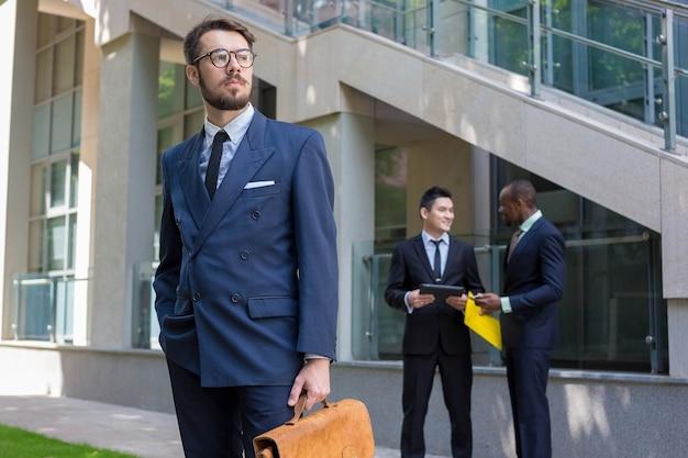 Retrato da equipe de negócios étnicos multi. Foto gratuita