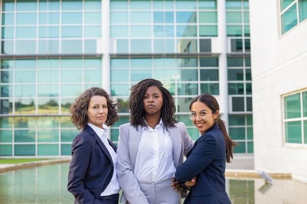 Retrato da equipe de três mulheres de negócios bem sucedidos Foto gratuita