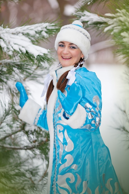 Retrato da menina em um boné no inverno na madeira Foto Premium