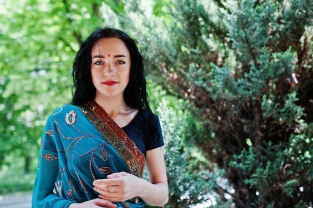 Retrato da menina indiana bonita do brumette ou do modelo hindu da mulher. traje indiano tradicional lehenga choli. Foto Premium