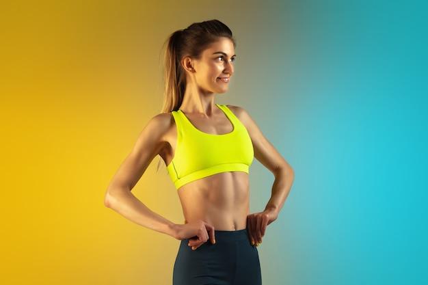 Retrato da moda da forma jovem e esportiva em fundo gradiente. corpo perfeito e pronto para o verão. Foto gratuita