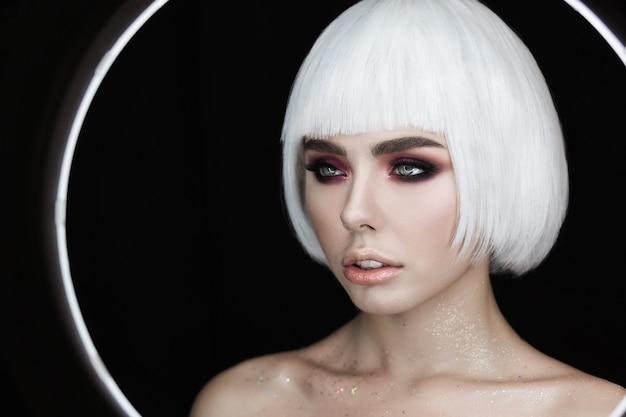 Retrato da moda da jovem mulher bonita com cabelo loiro magnífico Foto gratuita