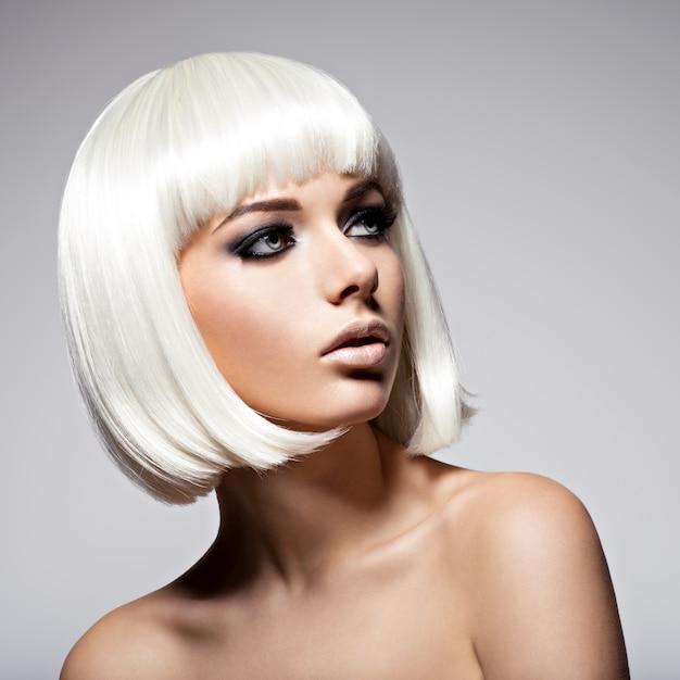 Retrato da moda da jovem mulher bonita com penteado bob e maquiagem preta dos olhos Foto gratuita