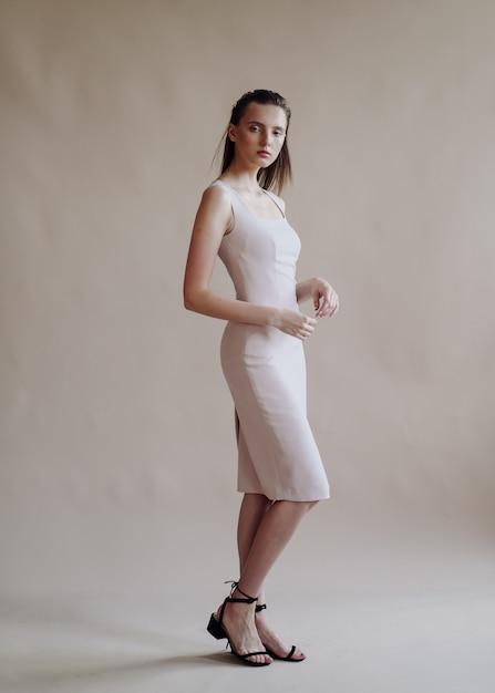 Retrato da moda da jovem mulher elegante Foto gratuita