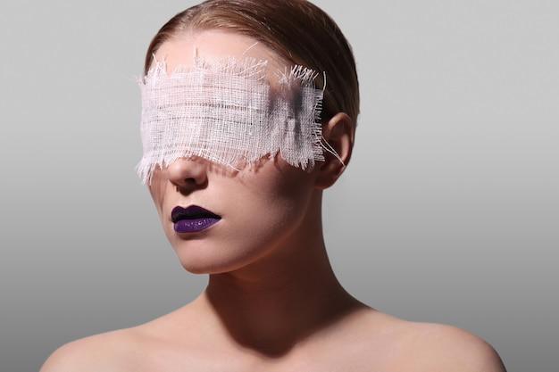 Retrato da moda de uma mulher Foto gratuita
