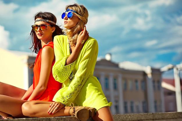 Retrato da moda dos modelos de mulheres jovens hippie em dia ensolarado de verão em roupas hippie coloridas brilhantes Foto gratuita