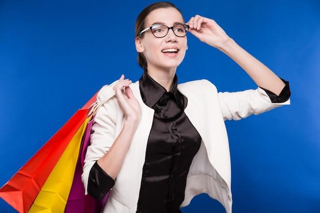 Retrato da morena de óculos com pacotes Foto Premium