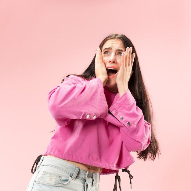 Retrato da mulher assustada. retrato feminino de meio corpo. emoções humanas, conceito de expressão facial Foto gratuita
