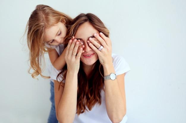 Retrato da mulher bonita com sua filha bonito que tem o divertimento junto. Foto Premium