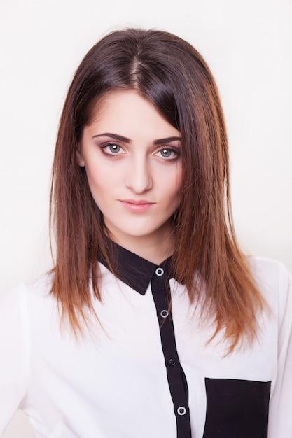 Retrato da mulher de negócio de sorriso, modelo fêmea novo. Foto Premium