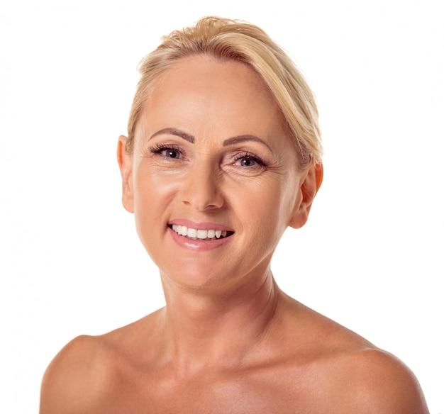 Retrato da mulher envelhecida média bonita com cabelo louro. Foto Premium