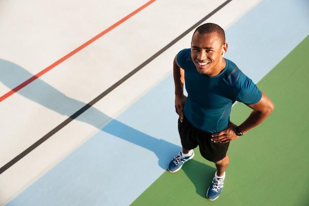 Retrato da vista superior de um homem afro-americano musculoso sorridente Foto gratuita