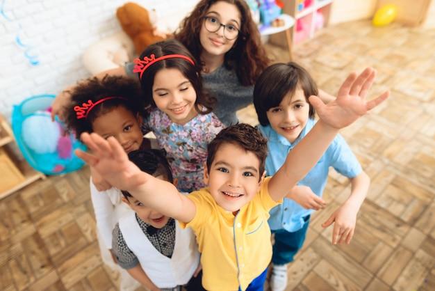 Retrato das crianças em chapéus do feriado na festa de anos. Foto Premium