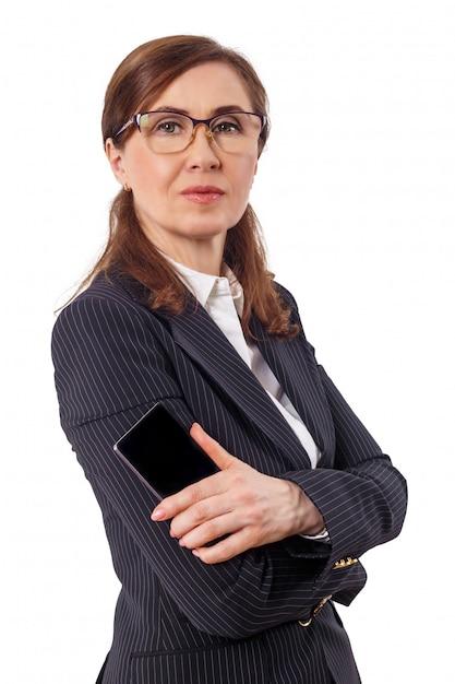 Retrato das orelhas bonitas de uma mulher de negócios 50 velhas com o telefone móvel isolado no branco. Foto Premium
