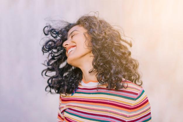 Retrato, de, alegre, mulher jovem Foto gratuita