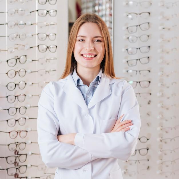 Retrato, de, amigável, optometrist feminino Foto gratuita