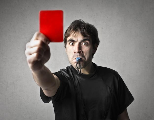 Retrato, de, árbitro, com, cartão vermelho Foto Premium