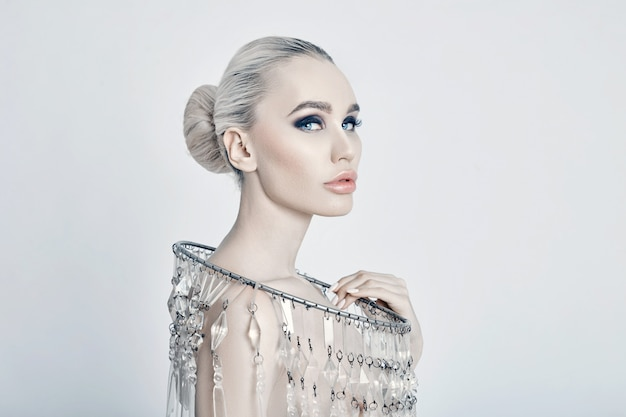 Retrato de arte moda de colar grande brilhante loira Foto Premium