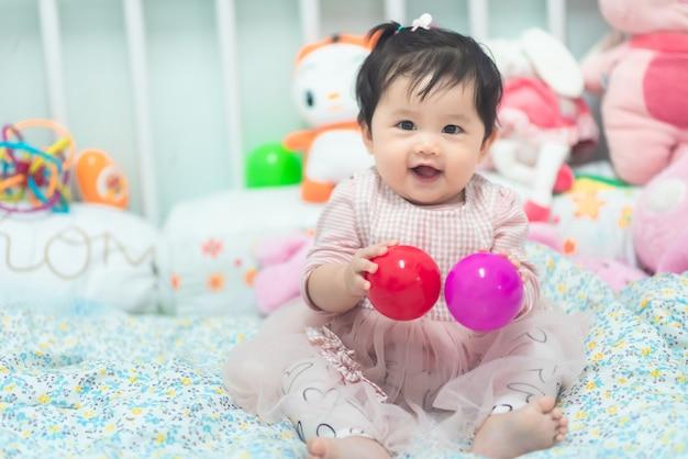 Retrato de bebê fofo brincando com bola Foto Premium