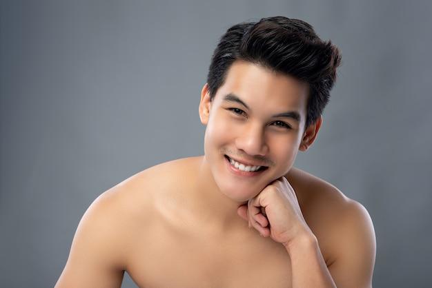 Retrato, de, bonito, asian tripulam, olhando câmera, com, passe queixo Foto Premium